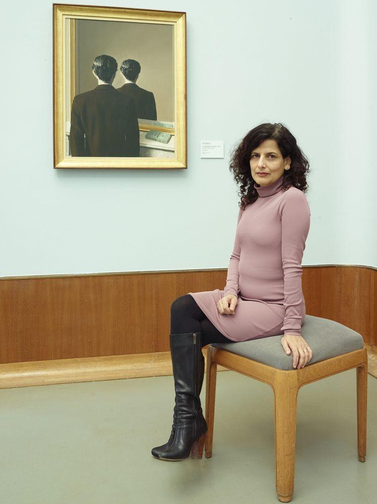 Sheila Sitalsing bij Magritte's La réproduction interdite. Beeld Henk Wildschut