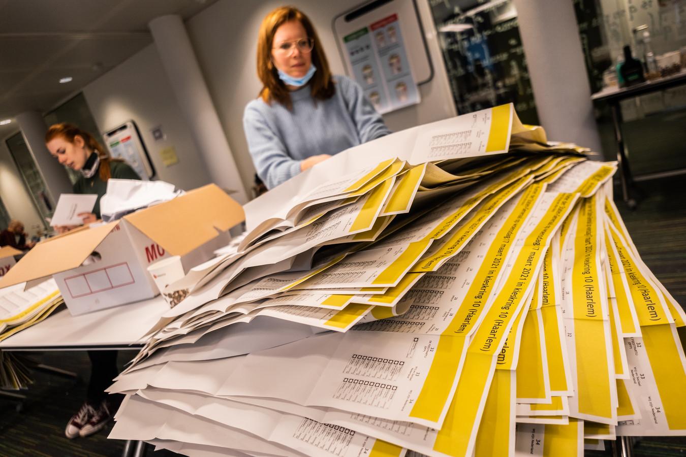 Er komen proeven met stembiljetten die niet handmatig - zoals op de foto - maar elektronisch geteld kunnen worden.
