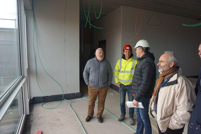 Het gemeentebestuur van Middelkerke brengt een bezoek aan de werf van het nieuwe schoolgebouw de Duinpieper in deelgemeente Westende