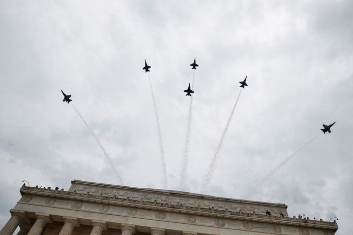 De Blue Angels, marinevliegtuigen van de VS vliegen boven Washington tijdens de speech van Trump.