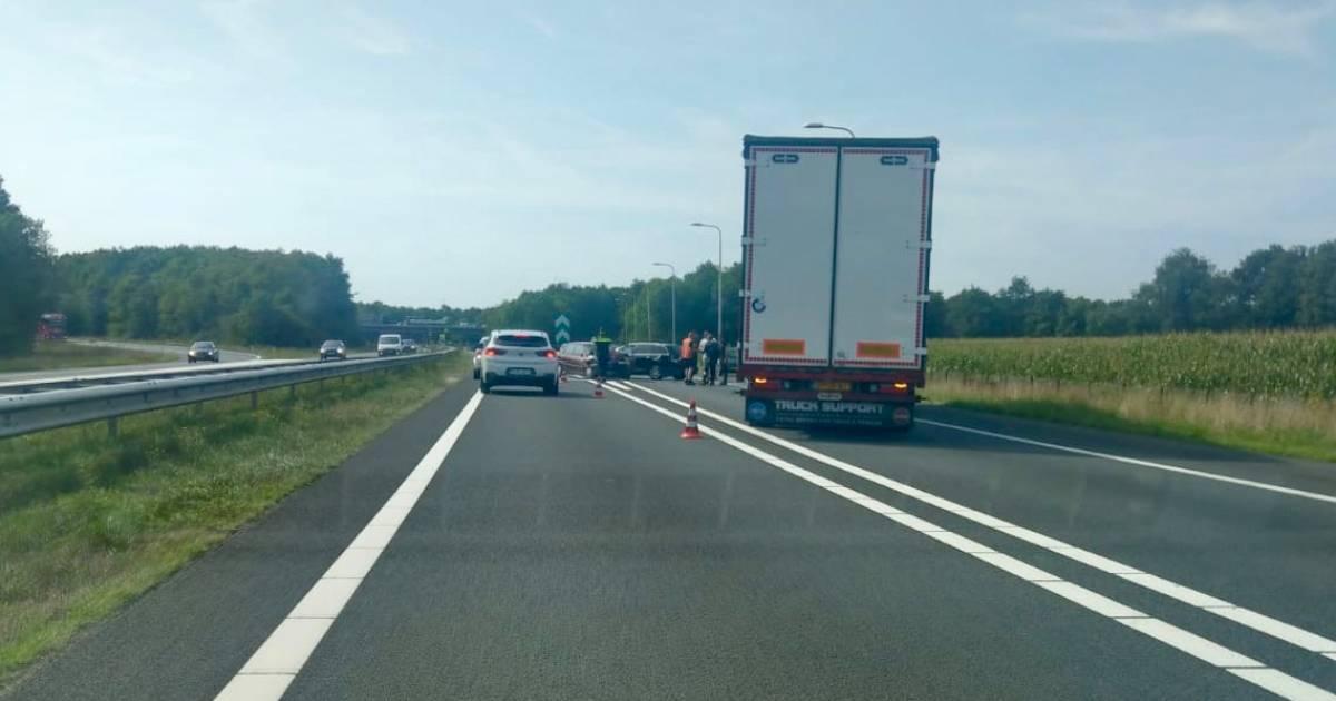 File op A73 door ongeval tussen twee autos bij knooppunt Rijkevoort.