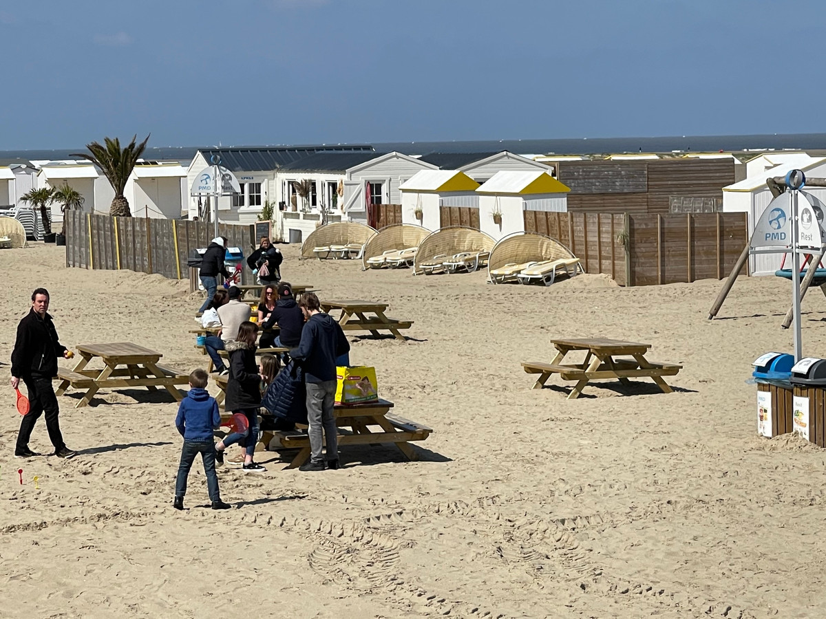 Ook op het strand van Zeebrugge kan je plaatsnemen aan picknicktafels.