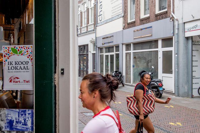 Overal in Tiel hangen de pamfletten Ik Koop Lokaal bij een winkelier van hier. De gemeente hoopt met de campagne mensen te stimuleren te winkelen bij de lokale ondernemer.