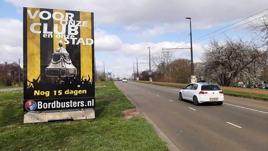 Het aftelbord naar de bekerfinale Ajax-Vitesse van supportersgroep Vak 112 en Bordbusters uit Huissen bij de John Frostbrug.