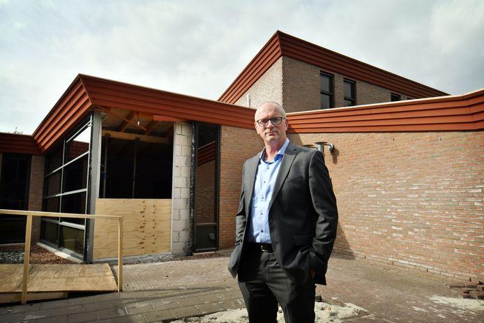 Oldenzaal - Eric Moleman, regiomanager van In Pace Dela, voor het uitvaartcentrum.