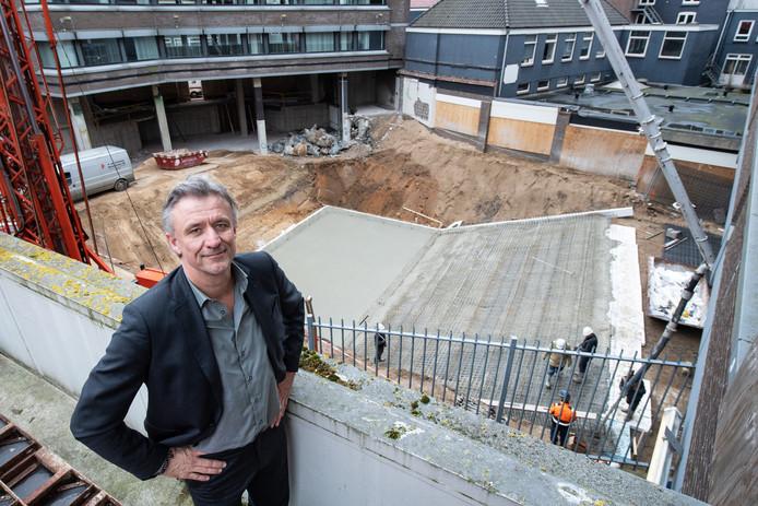 Topman Ron Sterk van Vue Cinemas bij de bouwwerkzaamheden van de nieuwe bioscoop aan de Tweede Walstraat in Nijmegen.